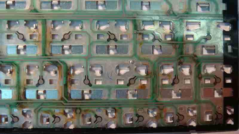 Явные следы коррозии на клавиатуре.